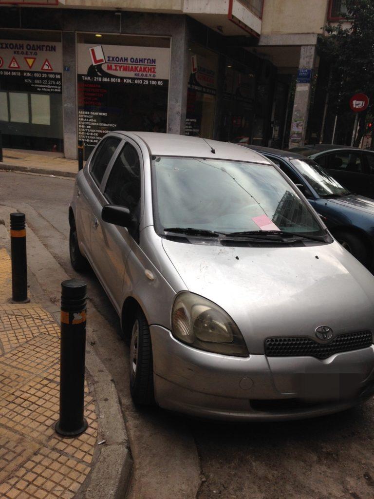 παρκαρισμένο αυτοκίνητο σε διάβαση