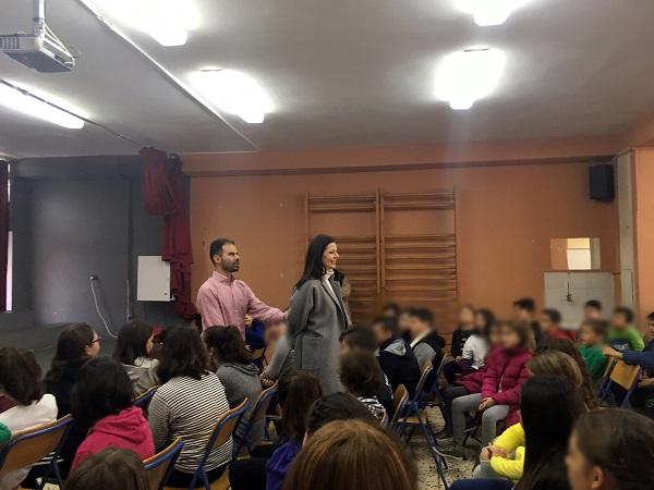 Ο Βαγγέλης δείχνει τεχνικές συνοδείας με δασκάλα