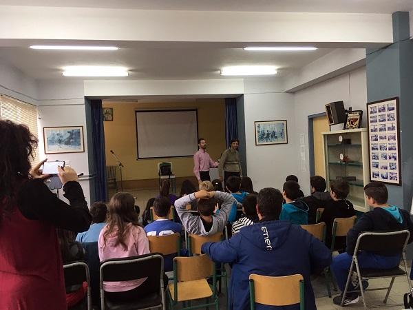 Ο Βαγγέλης δείχνει τεχνικές συνοδείας με δάσκαλο