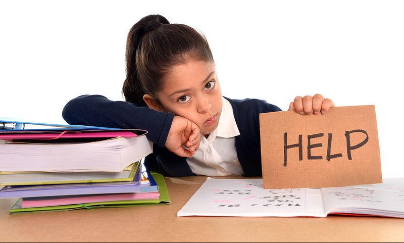 κοριτσάκι που διαβάζει και ζητάει βοήθεια