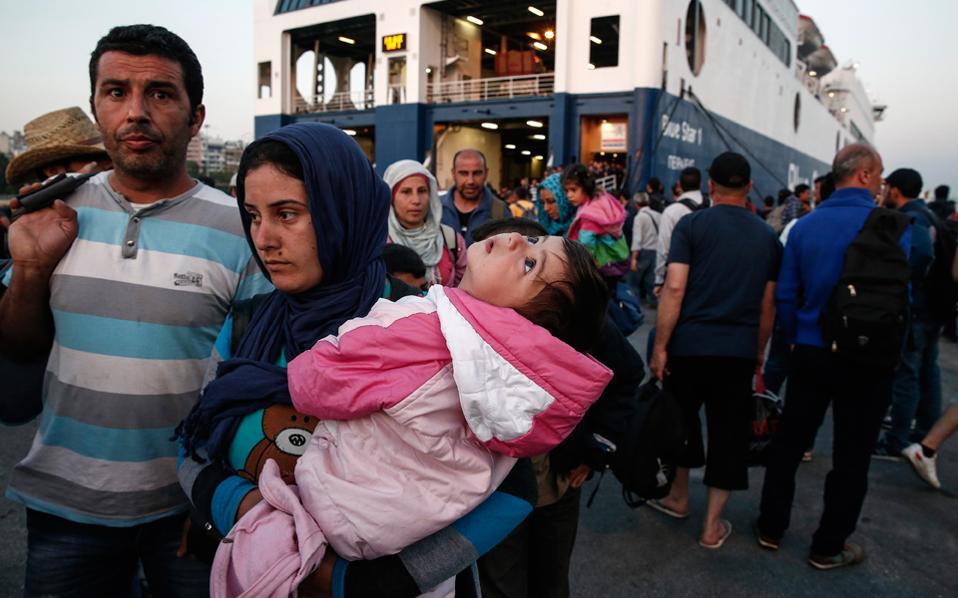 Μετανάστες με παιδί στην αγκαλιά