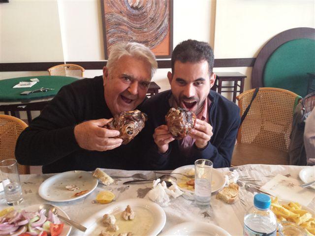 Ο Βαγγέλης με τον Πασχάλη στην Πυλαία τρώνε κεφαλάκια