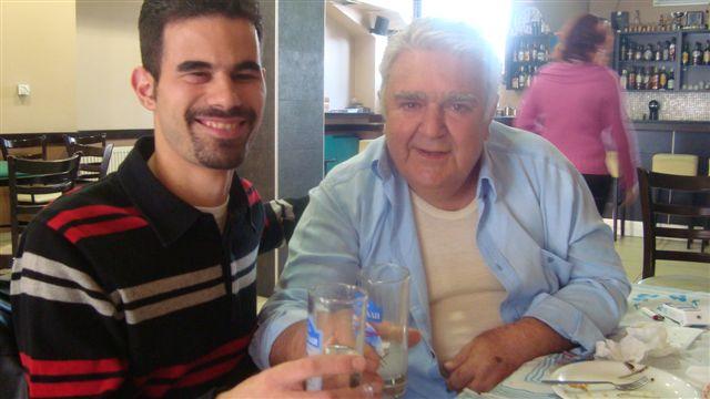 Ο Βαγγέλης με τον Πασχάλη Τερζή πίνουν ούζα