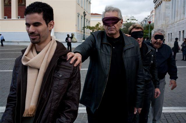 με μάσκα με τους Πασχάλη Τερζή, Δημήτρη Κωνσταντάρα και Χάρη Ασημακόπουλο