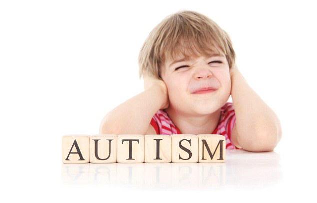 Παιδάκι με πινακίδα αυτισμού