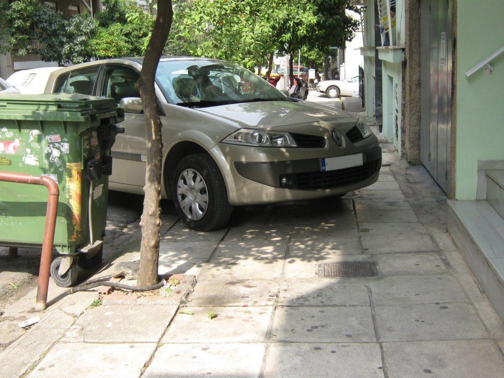 Παρκαρισμένο πάνω σε πεζοδρόμιο