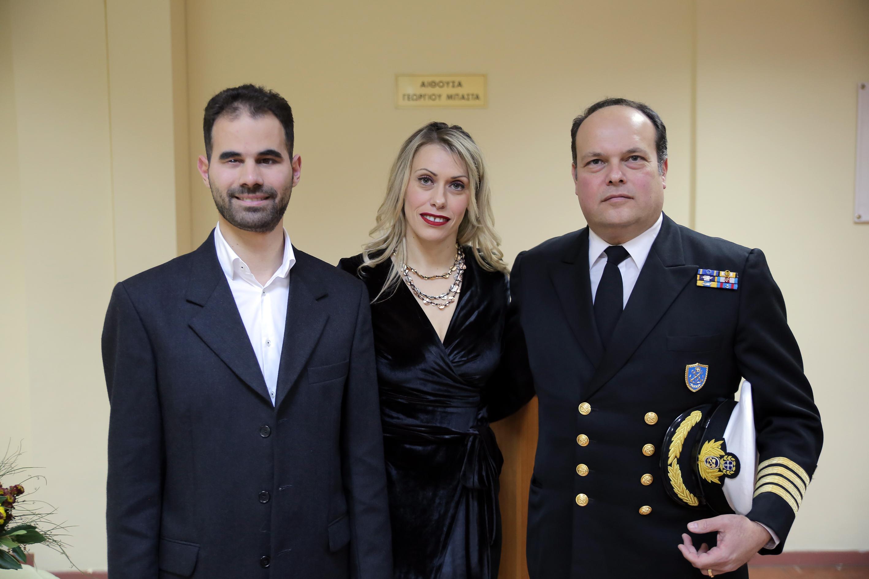 Ο πλοίαρχος και προϊστάμενος της ΔΝΕΡ, κ. Νικόλαος Ισαάκογλου με τον Βαγγέλη Αυγουλά και την Ηλέκτρα Κίκη