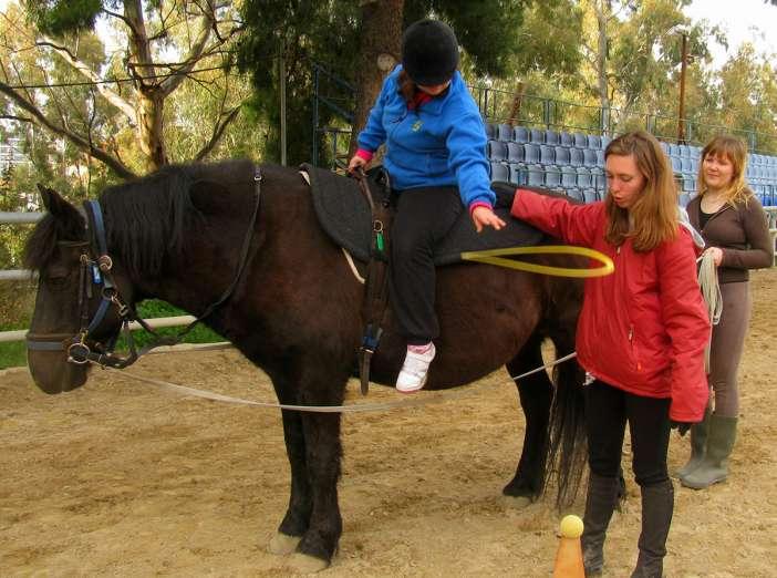 παιδί πάνω σε άλογο, θεραπευτική συνεδρία