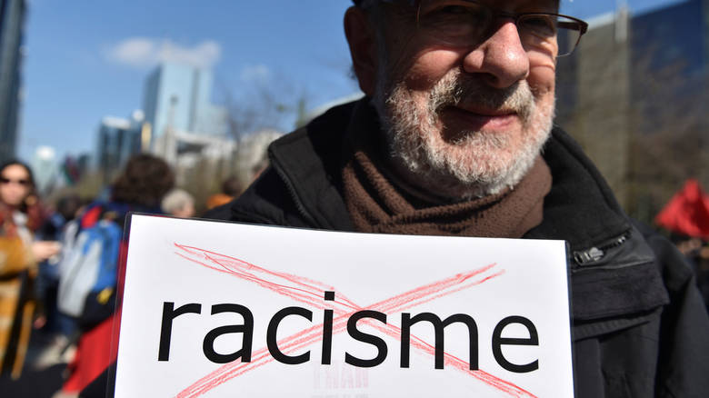 πλακέτα με τη λέξη ρατσισμός