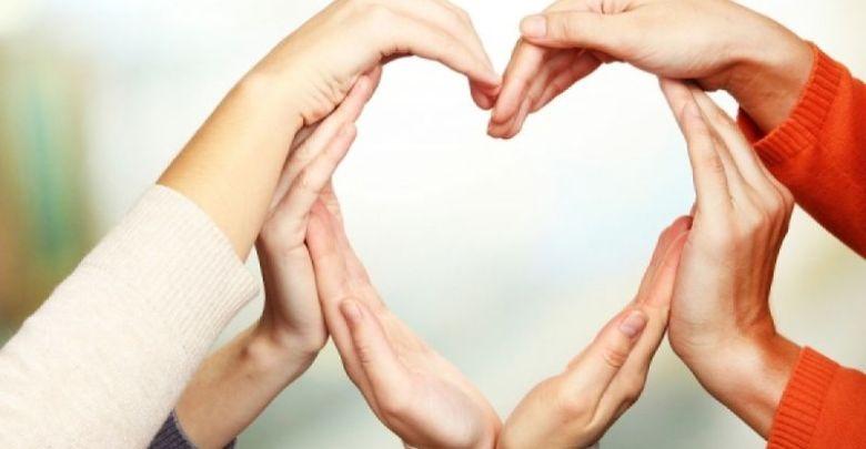 ενωμένα χέρια σε σχήμα καρδιάς