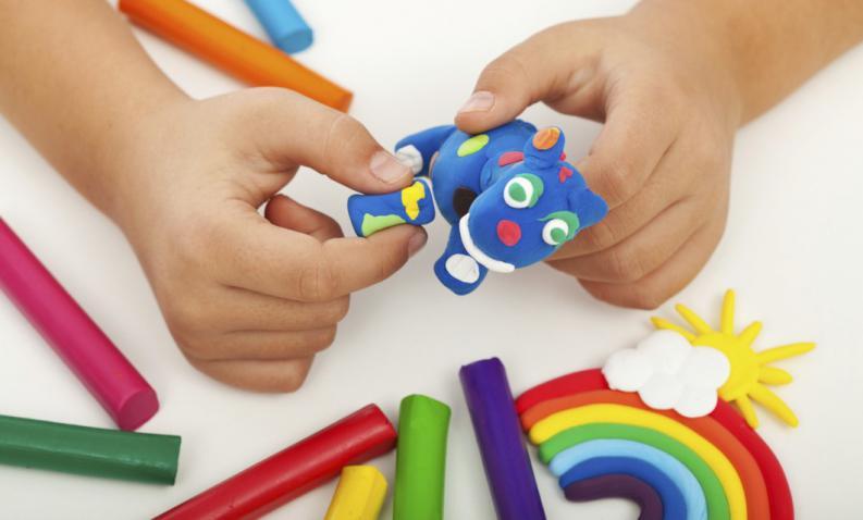 Παιδί παίζει με πλαστελίνη