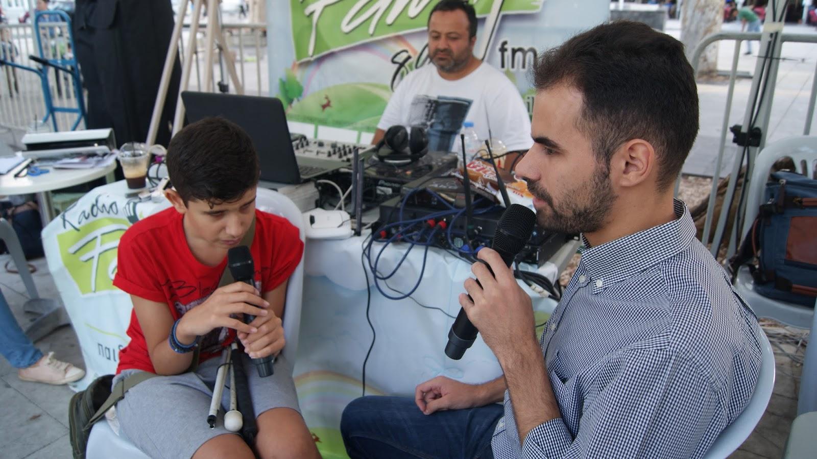 Ο Βαγγέλης Αυγουλάς και ένα αγόρι το οποίο είναι τυφλό μιλούν στο ραδιόφωνο