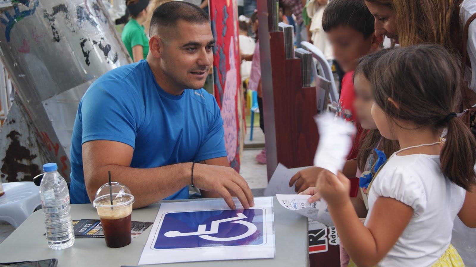 Ο Μανώλης Στεφανουδάκης ενημερώνει τα παιδιά για τις θέσεις στάθμευσης των αναπήρων