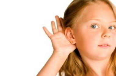 Κοριτσάκι με το χέρι της στο αυτί
