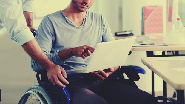 φοιτητής με κινητική αναπηρία με λάπτοπ