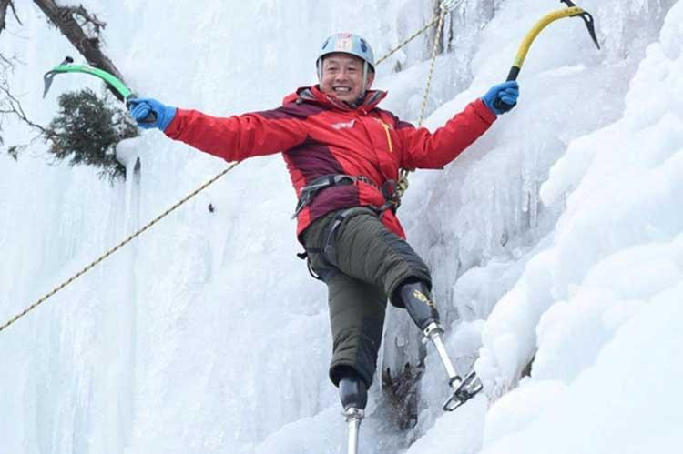 ο 70χρονος με ακρωτηριασμένα πόδια σκαρφαλώνει στην υψηλότερη κορυφή του κόσμου