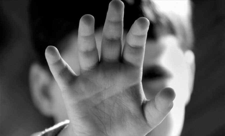 Παιδί με το χέρι του μπροστά στο πρόσωπό του