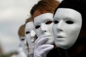 Άνθρωποι που φορούν άσπρες πίλινες μάσκες στο πρόσωπό τους