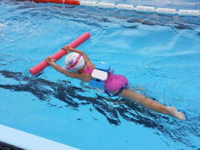 Παιδί κολυμπάει σε πισίνα
