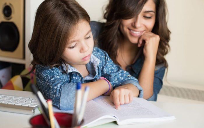 παιδί διαβάζει με τη μητέρα του
