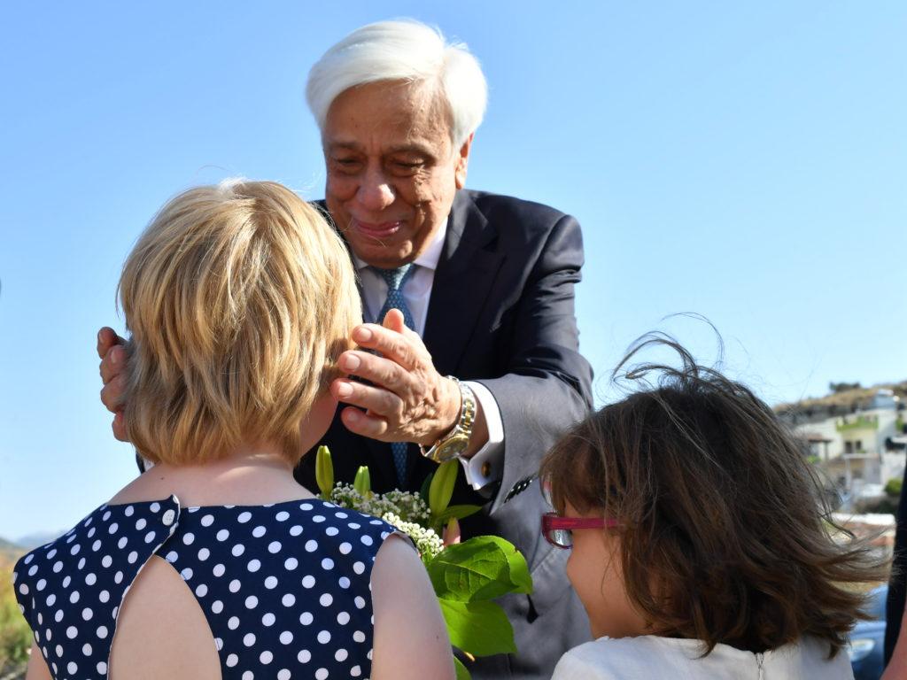 Ο Προκόπης Παυλόπουλος μιλάει σε παιδιά