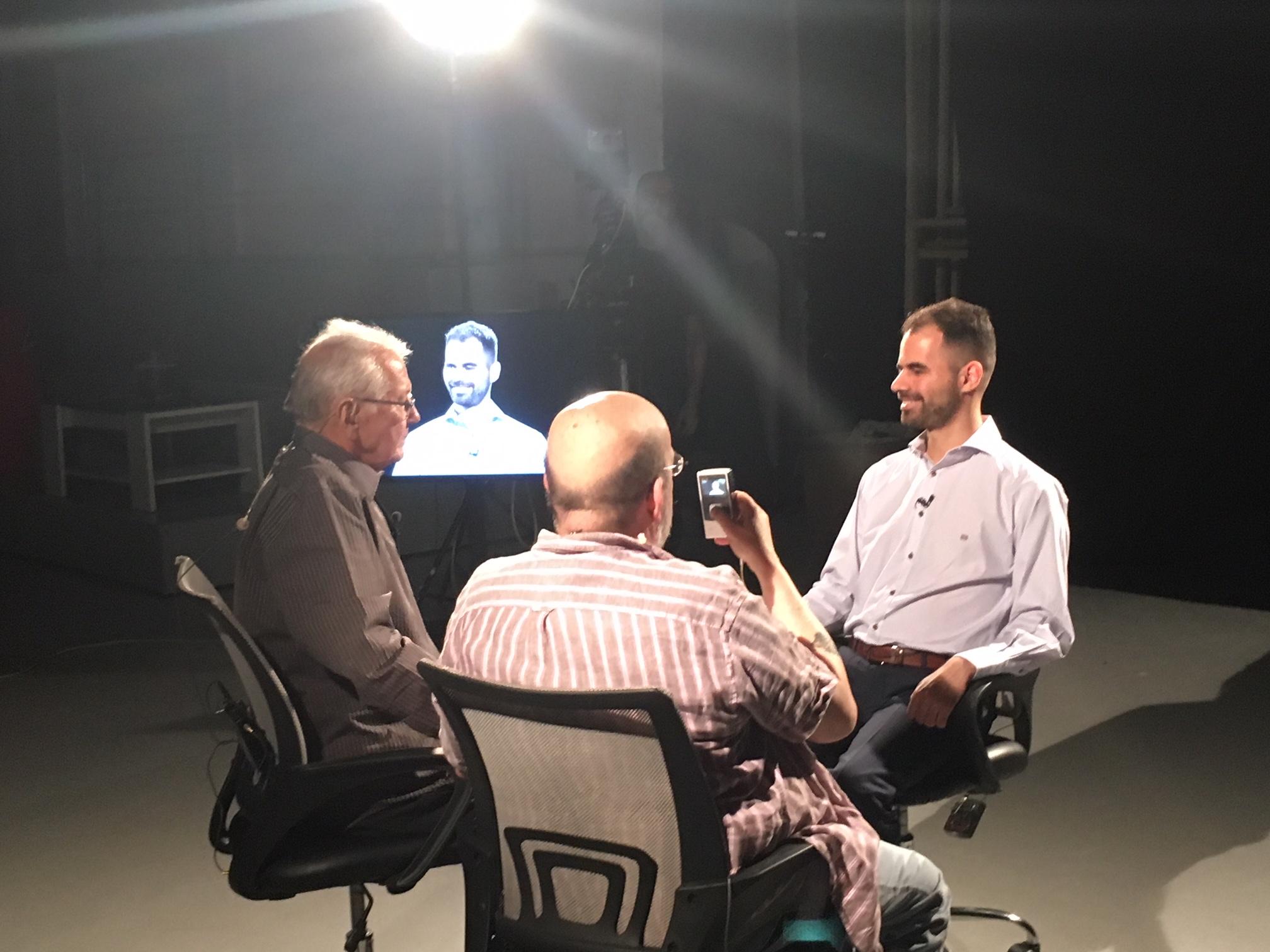 Ο Βαγγέλης Αυγουλάς στο τηλεοπτικό πλατό με τον Μάνο Αντώναρο και το Δημήτρη Κωνσταντάρα