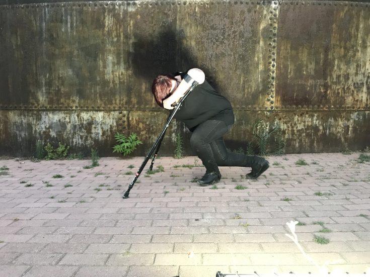 H Ντέμη Παπαθανασίου χορεύει με τις πατερίτσες