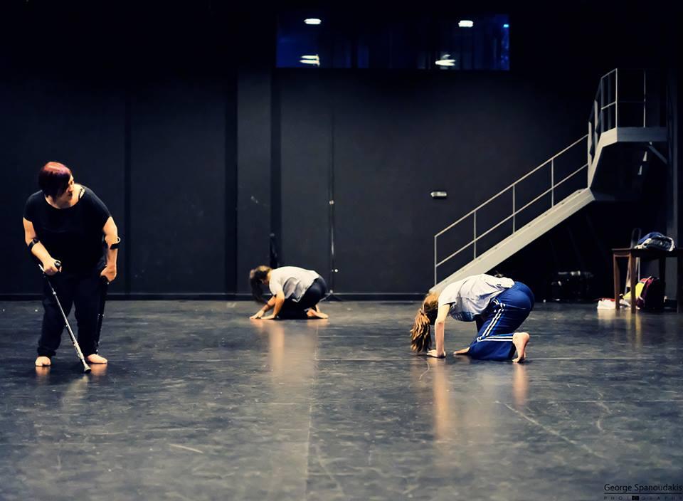 Η Ντέμη Παπαθανασίου με ομάδα χορού σε σκηνή