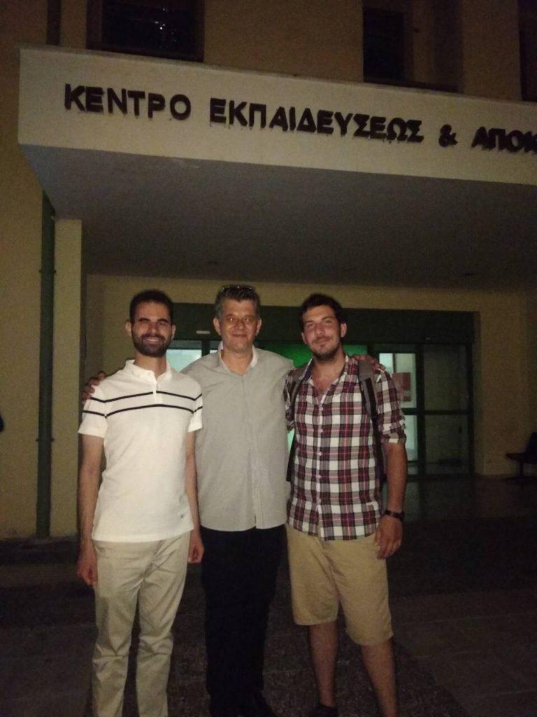 Ο Βαγγέλης και ο Μενέλαος με τον κωφό δάσκαλο της νοηματικής Κώστα Μητσιόπουλο