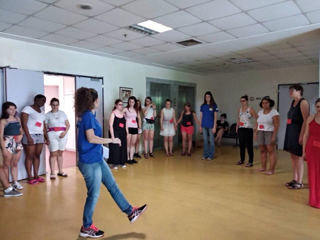 Η Χρυσάνθη Γεωργαντά μαθαίνει βήματα χορού στους συμμετέχοντες