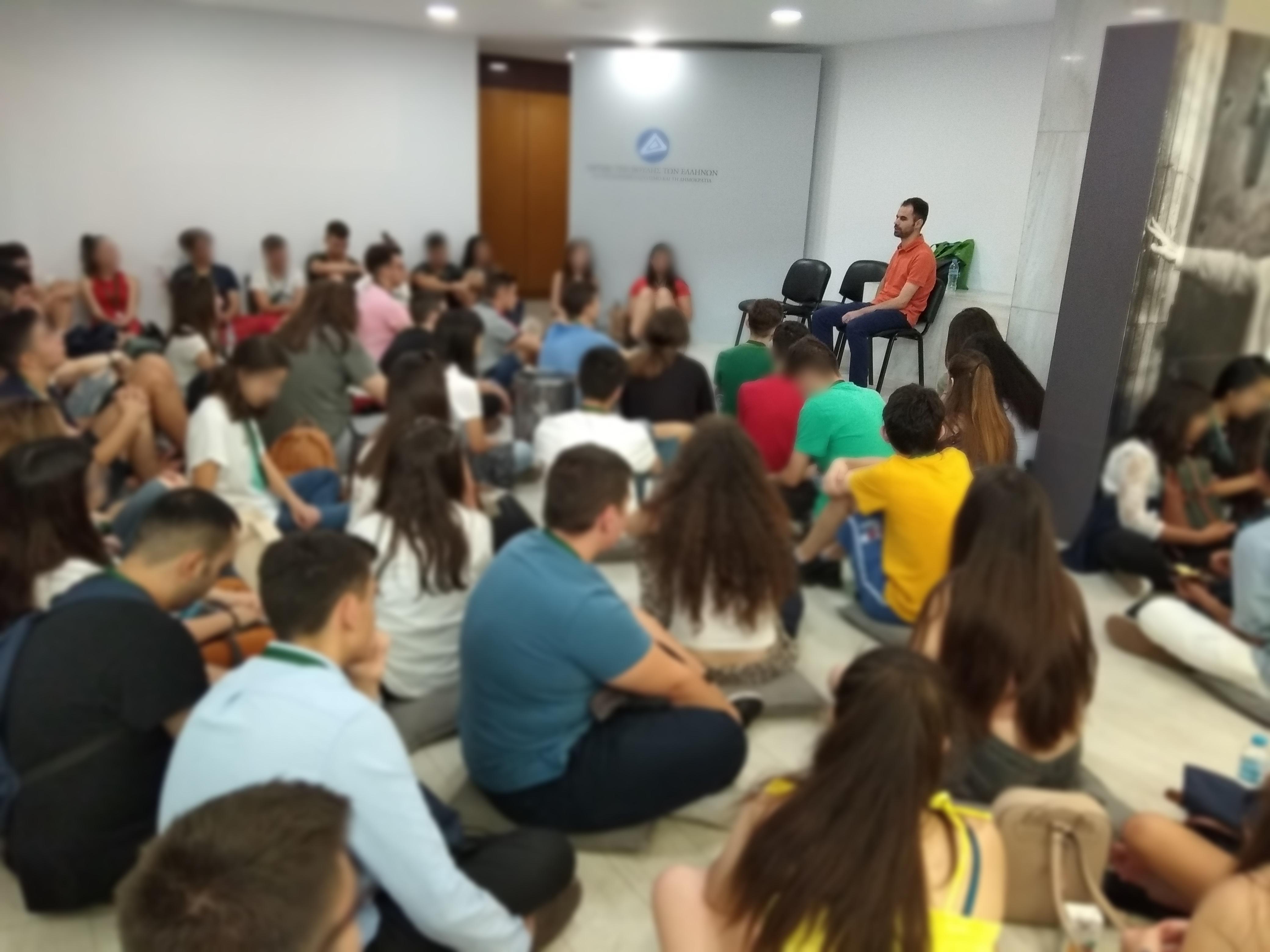 Ο Βαγγέλης Αυγουλάς στην Βουλή των εφήβων μιλάει στα παιδιά