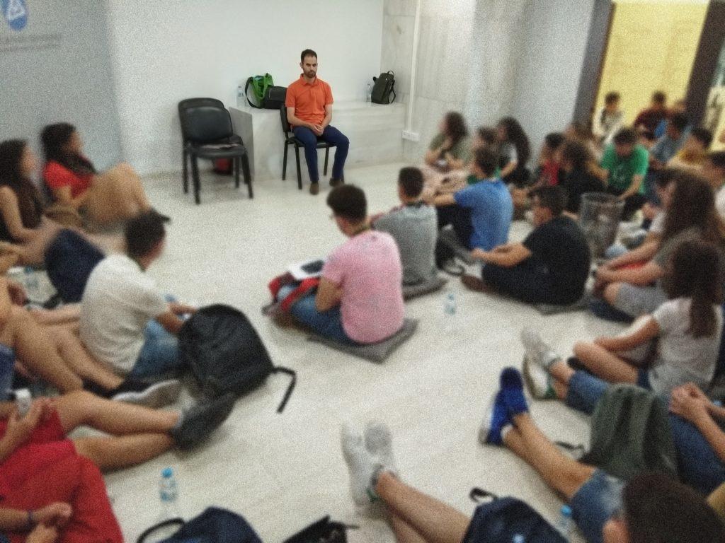 Ο Βαγγέλης μιλάει στα παιδιά στη Βουλή των εφήβων