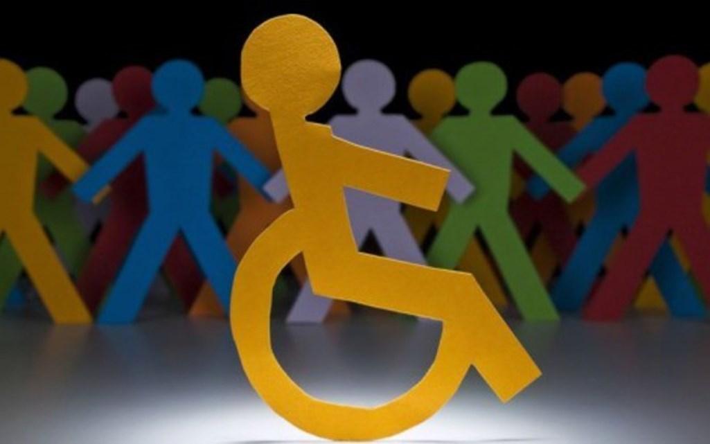 Σκίτσα με ανθρωπάκια και αναπηρικό αμαξίδιο