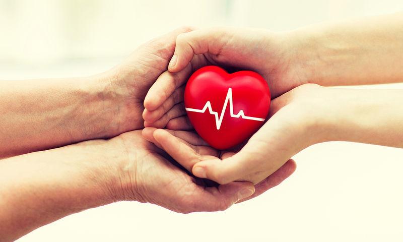 Δύο χέρια που κρατάνε μια καρδιά
