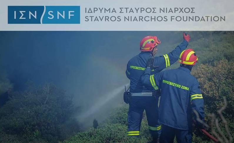 δύο πυροσβέστες την ώρα της υπηρεσίας τους