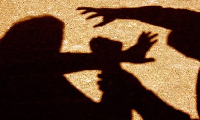 Σκιά ανθρώπου που ασκεί βία