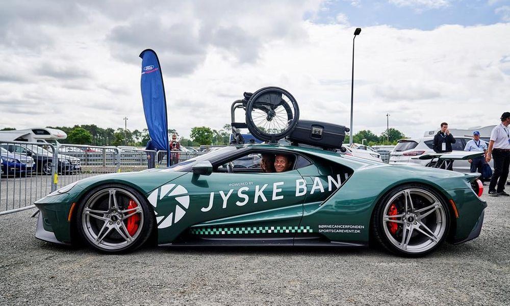 O Jason Watt στο ford με το αμαξίδιο στον ουρανό του αυτοκινήτου