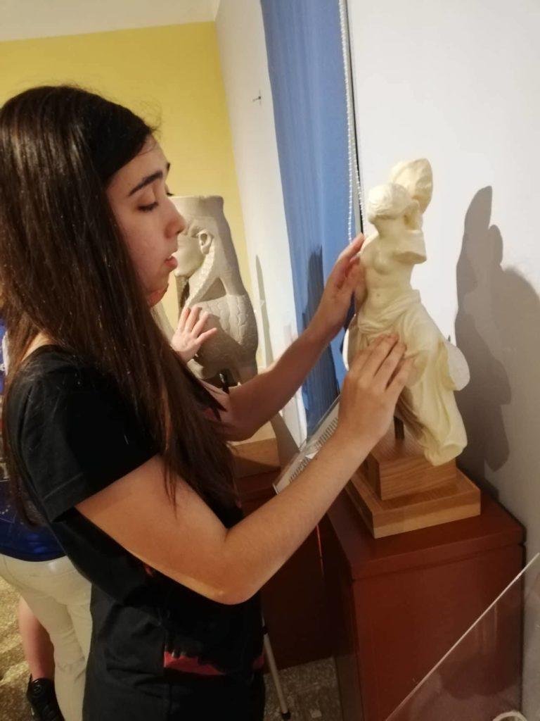 Οι συμμετέχοντες του προγράμματος αγγίζουν αγάλματα στο Μουσείο Αφής