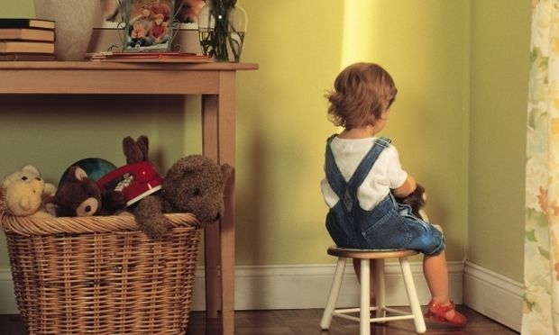 παιδάκι πλάτη σε σκαμπό τιμωρία