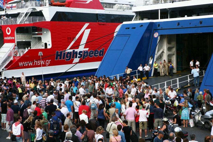 επιβάτες που περιμένουνε να μπούνε στο πλοίο