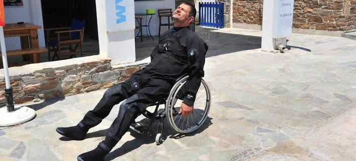 ο Μάνθος Μάρρας στο αναπηρικό αμαξίδιο