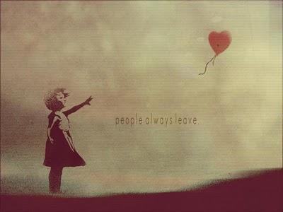 κοριτσάκι που αφήνει στον ουρανό ένα μπαλόνι
