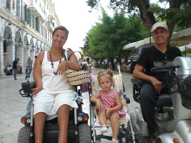 Η Αλεξία βόλτα με τους γονείς της