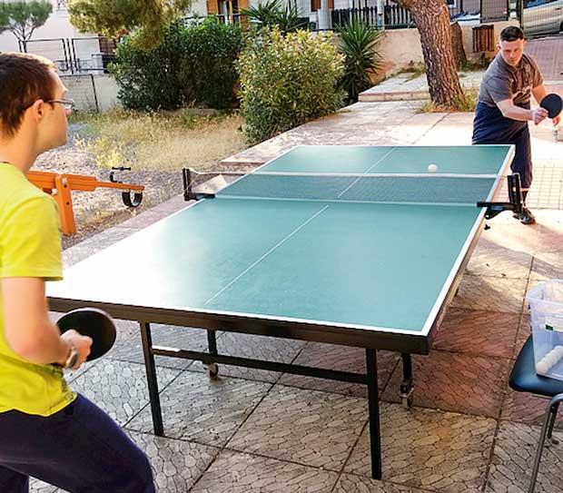 Παιδιά παίζουν πινγκ πονγκ