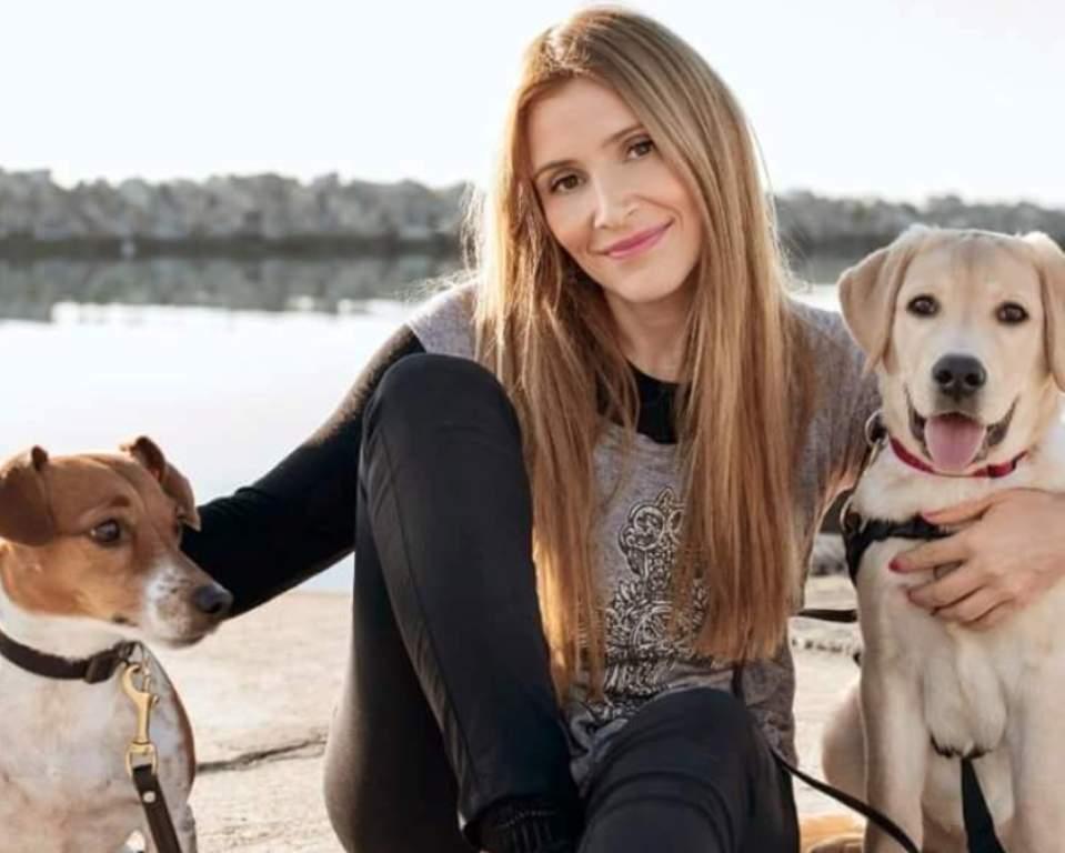 Η Νίνα Παλάγκα με δύο σκύλους