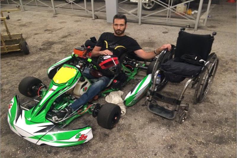 Ο Τάκης Παρασκευόπουλος μες το καρτ και δίπλα το αμαξίδιο του