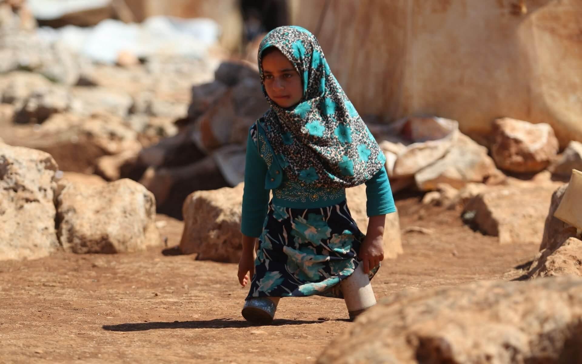 Κορίτσι από τη Συρία περπατά με κονσεβορκούτια