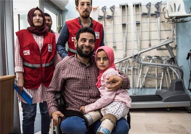 Ο Πατέρας στο αναπηρικό αμαξίδιο κρατάει αγκαλιά το κοριτσάκι του