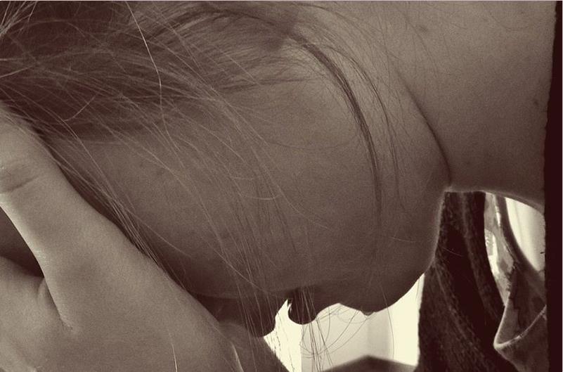 γυναίκα που κρατάει το κεφάλι της μετά από διάγνωση