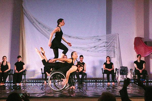 στη σκηνή χορευτές με αναπηρία και μη